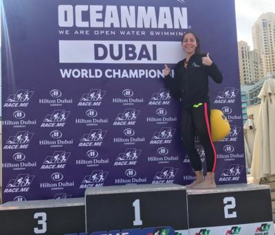 Gloria Tiffany Culuvaris, chirurgo ortopedico, trionfa nella finale mondiale di 5 km Oceanman Dubai